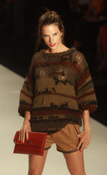 http://img278.imagevenue.com/loc183/th_173635205_alessandra_ambrosio_walks_colcci_22_jan_2011_3_122_183lo.jpg