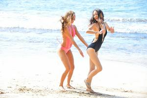 http://img278.imagevenue.com/loc259/th_557562307_Mary_and_Aubrey_Hawaii_II_Beach_Bunnies_34_123_259lo.jpg