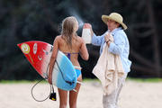 http://img278.imagevenue.com/loc336/th_913446991_Preppie___AnnaSophia_Robb_in_a_bikini_on_Soul_Surfer_set_in_Hawaii___Feb._13_2010_5110_122_336lo.jpg
