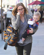 http://img278.imagevenue.com/loc553/th_201121482_HilaryDuff_takes_son_to_a_doctors_appointment13_122_553lo.jpg
